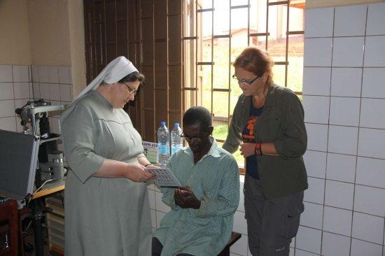 Afryka_dr Filipecka i siostra nazariusza z pierwszym pacjentem