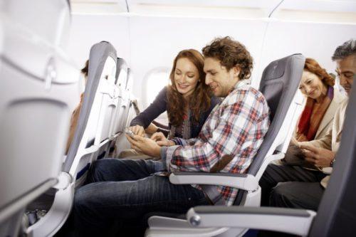 Ein Paar benutzt gemeinsam ein iPhone // A couple is using an iPhone together